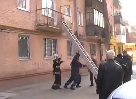 Idosa escorrega e fica pendurada em ar-condicionado na Ucrânia
