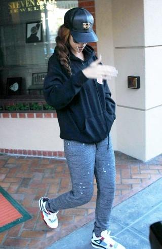Rihanna pode estar grávida de Chris Brown, diz site