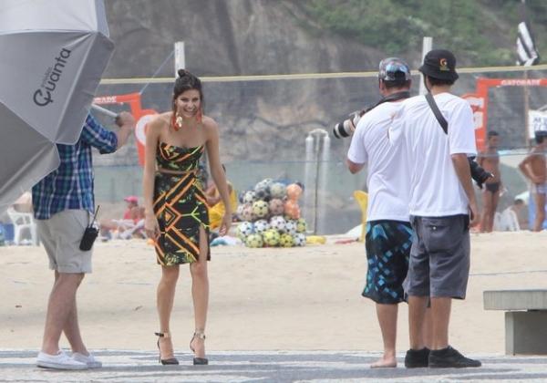 Isabeli Fontana fotografa para campanha na praia do Leme