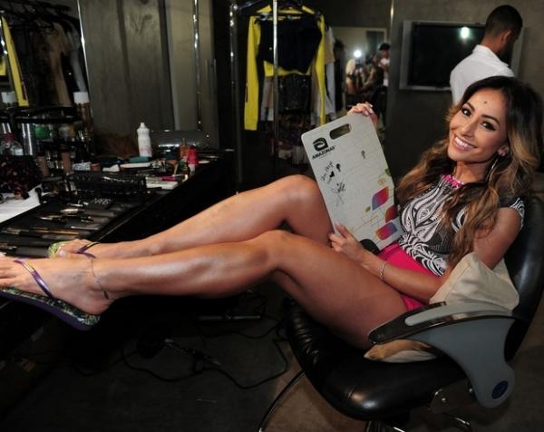 Sabrina Sato posa sexy e exibe curvas em campanha de sandália
