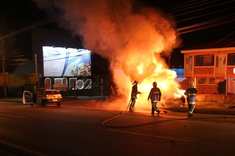 Carro com três jovens explode após ser atingido por viatura da PM