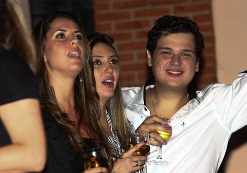 Discreta, namorada de Zezé prefere mesa afastada do palco em festa do cantor