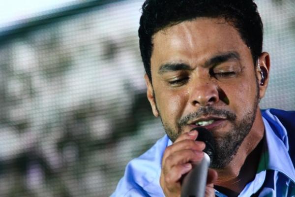 Durante show de aniversário, Zezé Di Camargo afirma que fez cirurgia no nariz