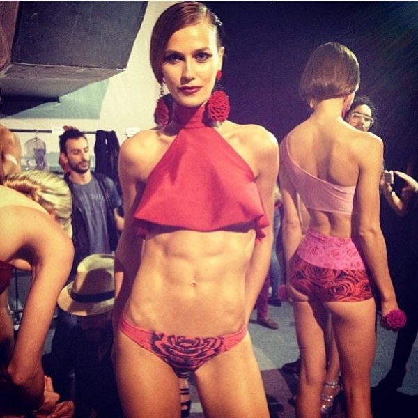 Renata Kuerten mostra a barriga hipersarada no backstage do Fashion Rio