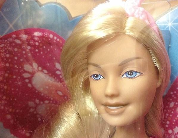 Artista usa computador para revelar como Barbie ficaria sem maquiagem