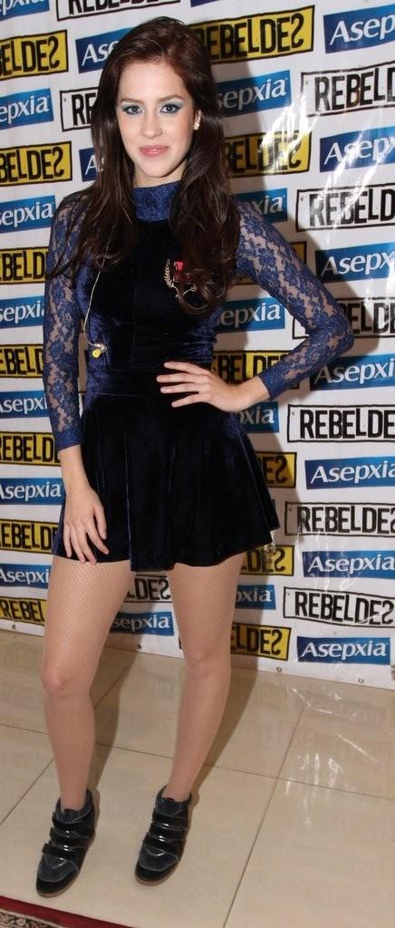 Sem Fiuk, Sophia Abrahão vai curtir show usando look curtinho