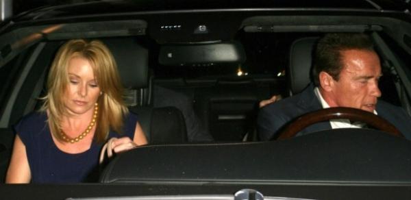 Arnold Schwarzenegger sai para jantar com nova namorada em Beverly Hills
