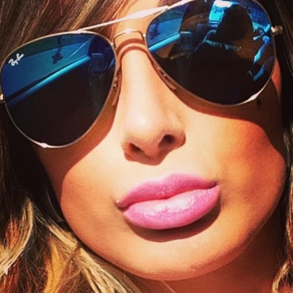 Com lábios enormes, Andressa Urach avisa:
