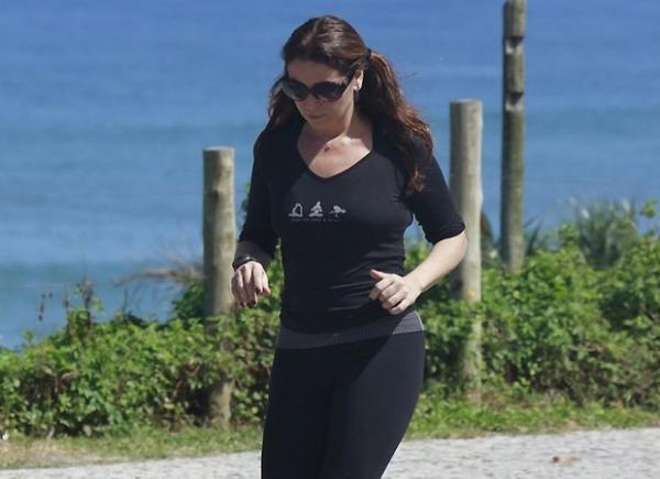 Giovanna Antonelli caminha na orla do Rio usando maria chiquinha