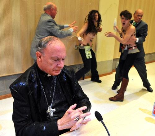Ativistas do Femen invadem conferência e jogam água em arcebispo