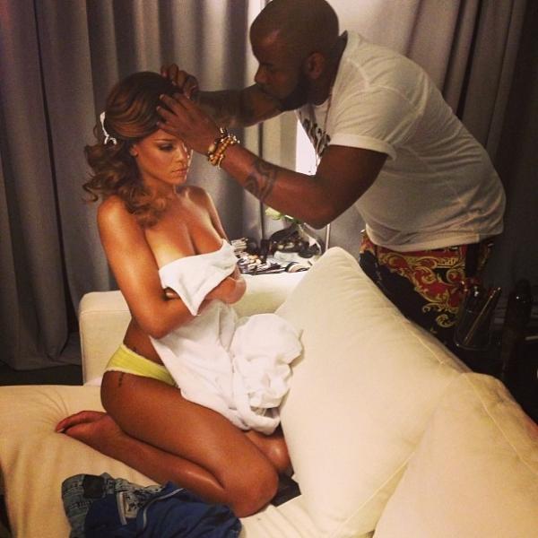 Rihanna posta foto usando só calcinha e exibe corpo em forma