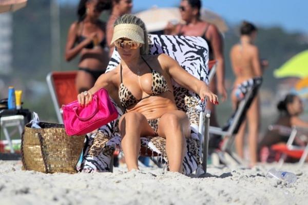 Andréa de Andrade mostra o corpão na praia da Barra, no Rio