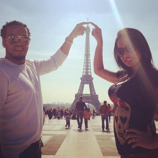 Belo e Gracyanne Barbosa curtem lua de mel e aniversário em Paris