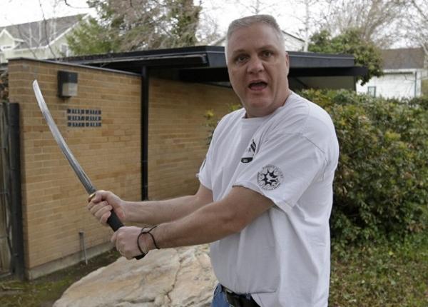 Bispo mórmon armado com espada samurai coloca ladrão para correr