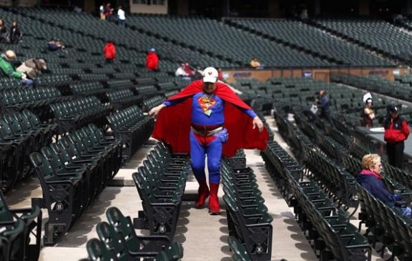 Homem chamado Superman desfila fantasiado em estádio de beisebol