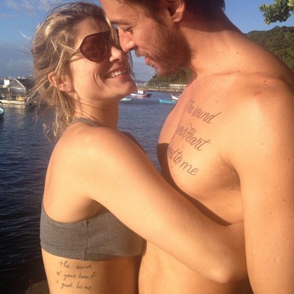 Priscila Fantin posa apaixonada e exibindo tatuagem igual a do marido