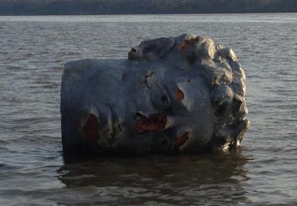 Cabeça gigante é achada boiando em rio e gera curiosidade nos EUA
