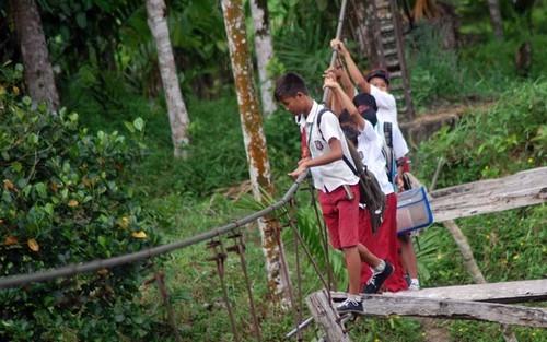 Crianças são forçadas a atravessar ponte precária para ir a escola
