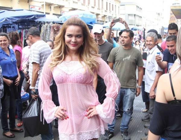 Geisy Arruda causa alvoroço ao andar de lingerie na rua 25 de março