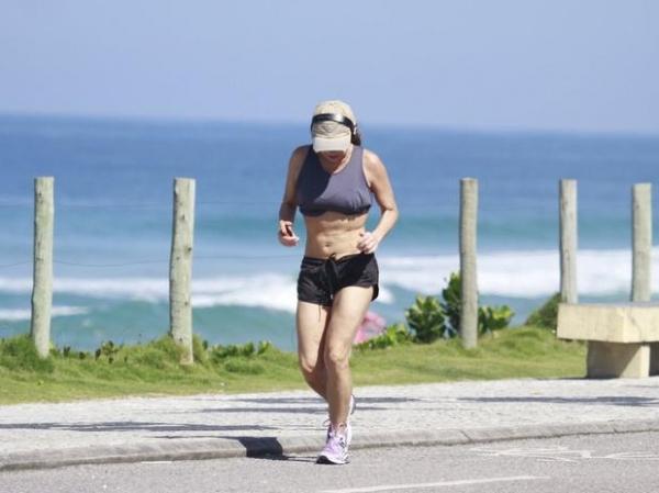 Luíza Tomé se exercita e mostra boa forma aos 51 anos