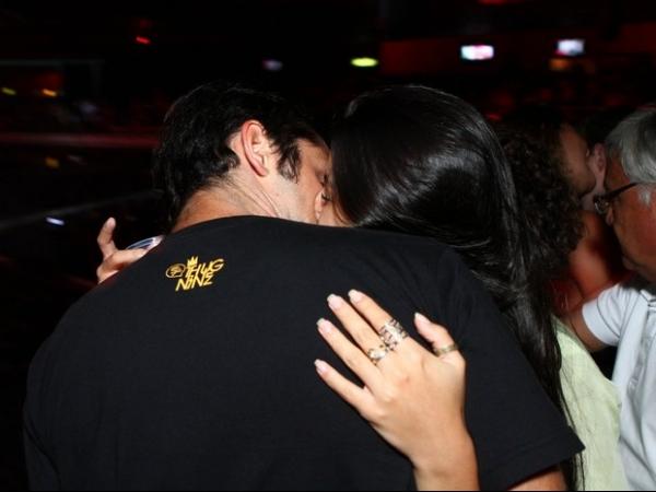Após polêmica, Bruno Gissoni e Yanna Lavigne trocam beijos em show; fotos