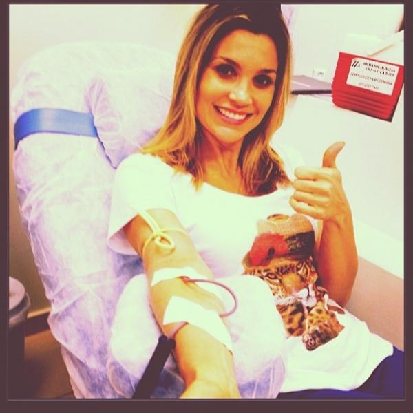 Flávia Alessandra posta foto doando sangue: