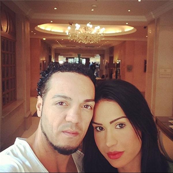 Gracyanne Barbosa e Belo vão a cabaré e posam em hotel de luxo