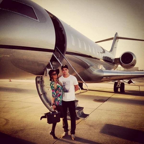 A caminho de Las Vegas, Paris Hilton se exibe em jatinho de luxo