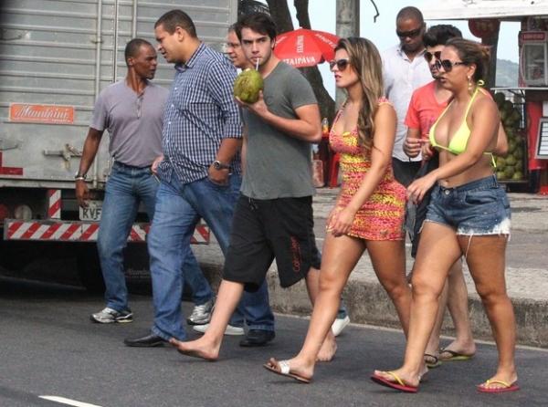Babi Rossi vai à praia com o namorado Olin, filho mais novo de Eike Batista