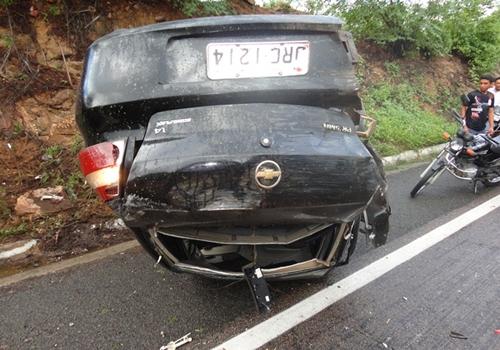 Carro capota várias vezes na BR 316 e deixa uma mulher ferida