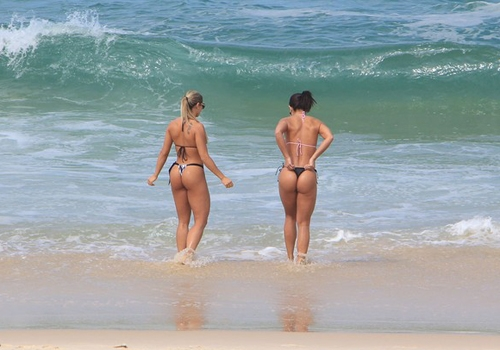 Graciella Carvalho vai a praia com amiga e exibem corpaço de tirar o fôlego, só de biquini