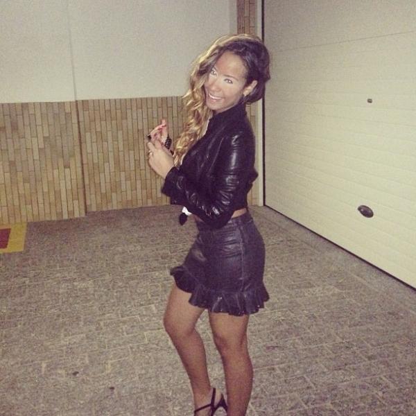 Irmã de Neymar exagera no make para sair e exibe