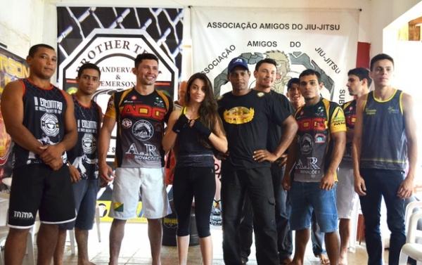 Lutadora de boxe de 19 anos estreia em evento de MMA