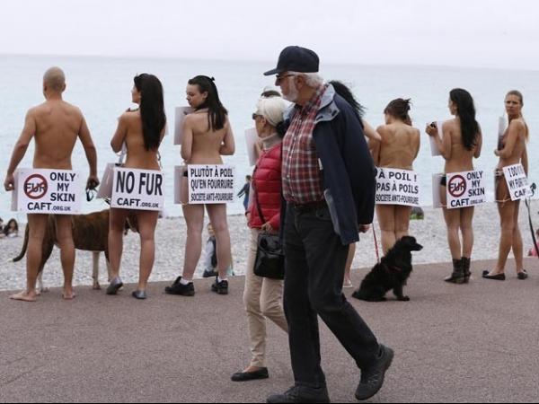 Manifestantes ficam sem roupa em ato na França contra o uso de pele animal