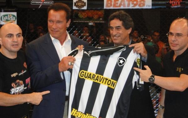 Schwarzenegger ganha camisa e é ovacionado  por fãs no Jungle Fight