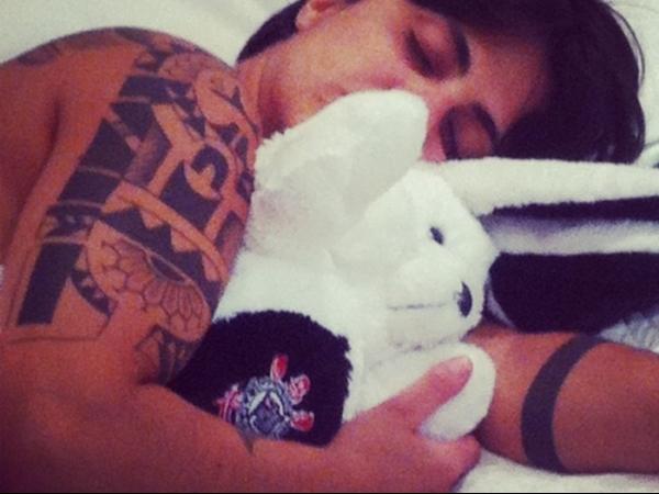Thammy Miranda dorme abraçada com bicho de pelúcia