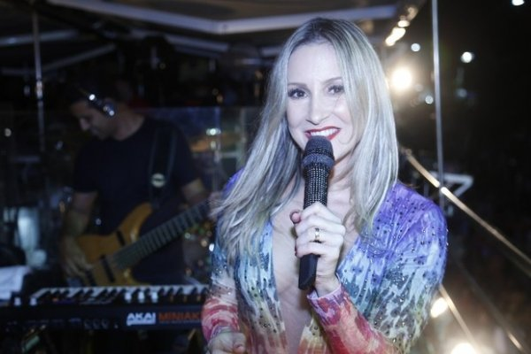 Claudia Leitte escolhe look ousado para se apresentar na micareta de Feira de Santana