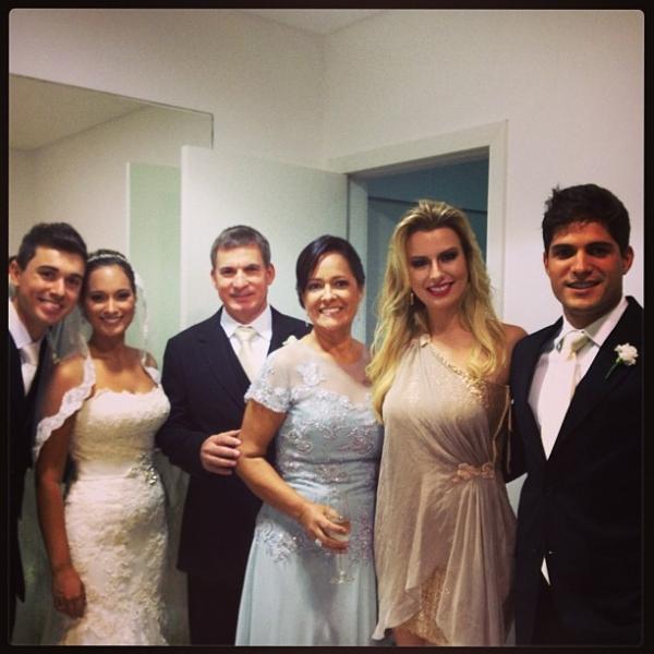 Firmes e fortes! Ex-BBB Fernanda leva André para casamento da cunhada
