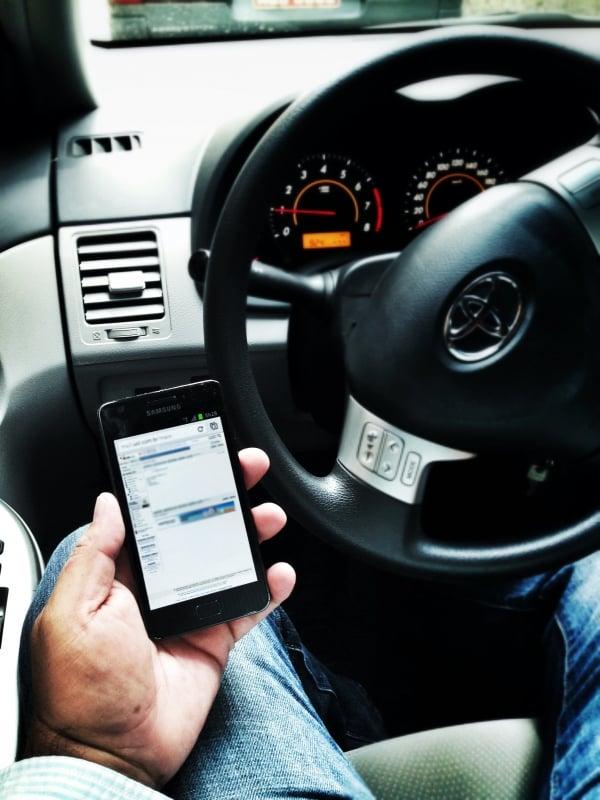 Operar smartphones pela voz, no trânsito, é tão perigoso quanto digitar