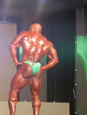 Sob olhares de Arnold, fisiculturista usa sunga do Brasil, mas fica em 2º