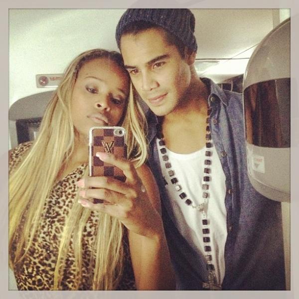 Atriz amiga de Marquezine encontra Neymar em boate: