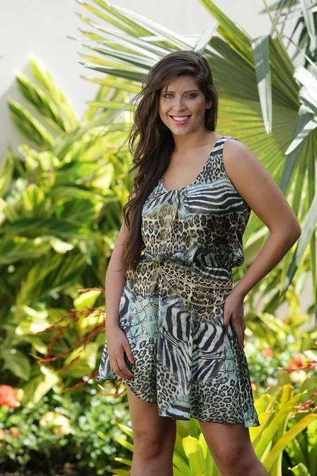 Com estampa animal, Andressa posa para catálogo de moda