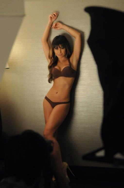 Com peças discretas, Sabrina Sato posa de lingerie pela primeira vez