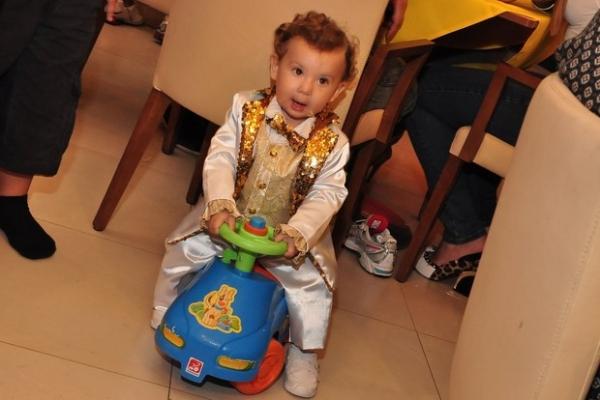 Grávida, Priscila Pires se emociona e chora no aniversário do filho Gabriel