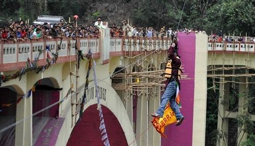 Indiano morre ao tentar travessia de rio suspenso pelo cabelo