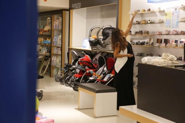 Juliana Paes faz compras para seu segundo filho em loja de bebê