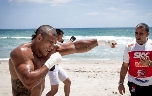 Na reta final para o UFC, Belfort deixa academia para treino sob sol