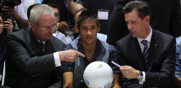 Neymar segue Messi e Cristiano Ronaldo e vende autógrafos na web