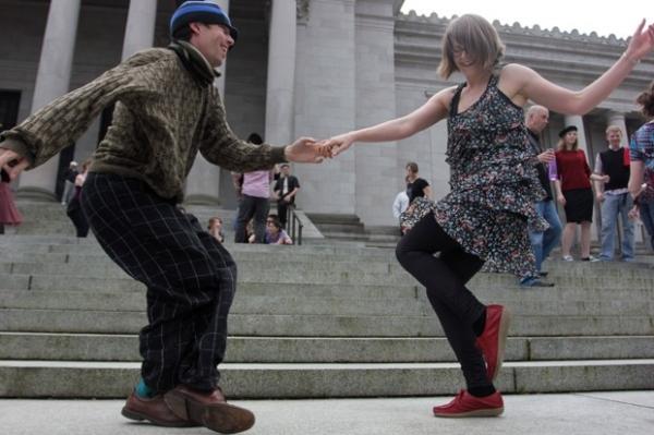 Americanos dançam no Capitólio em protesto a impostos em danceterias
