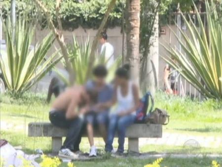 Estudantes consomem cocaína em praça em frente à escola